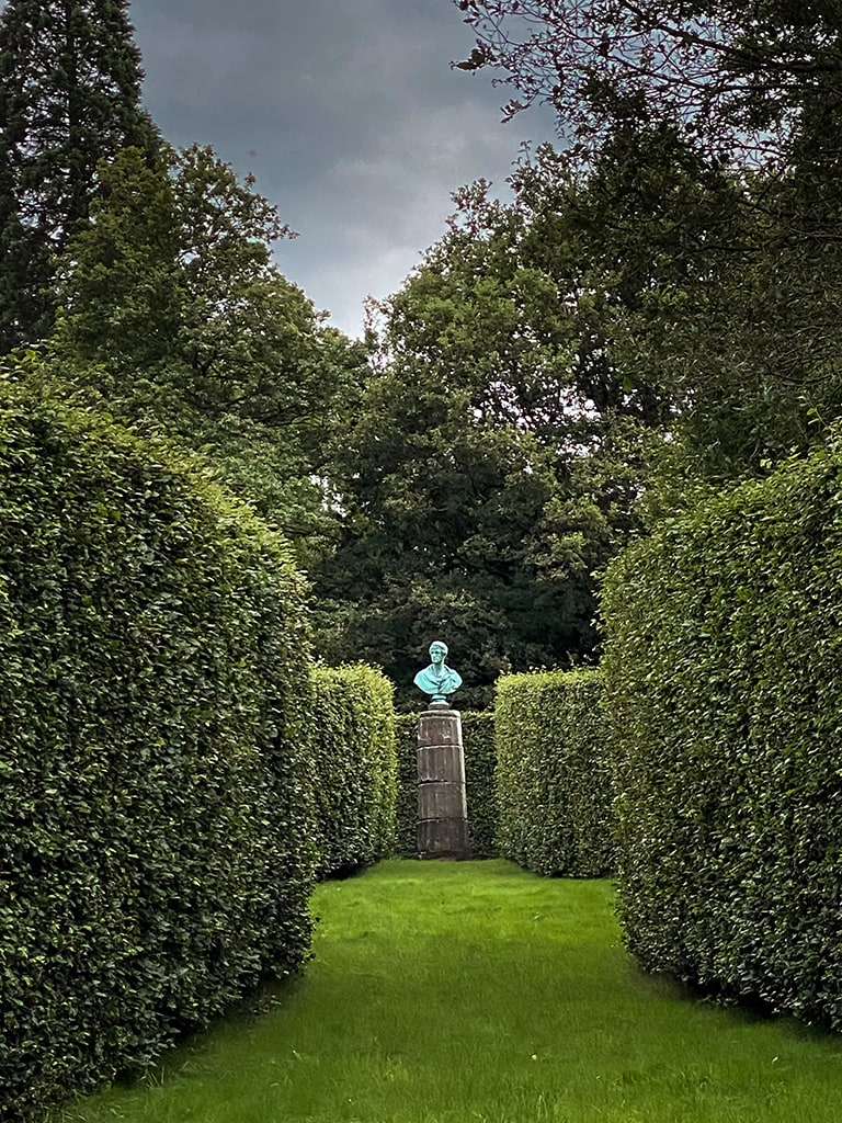 chatsworth house gardens sculpture and trimmed hedges