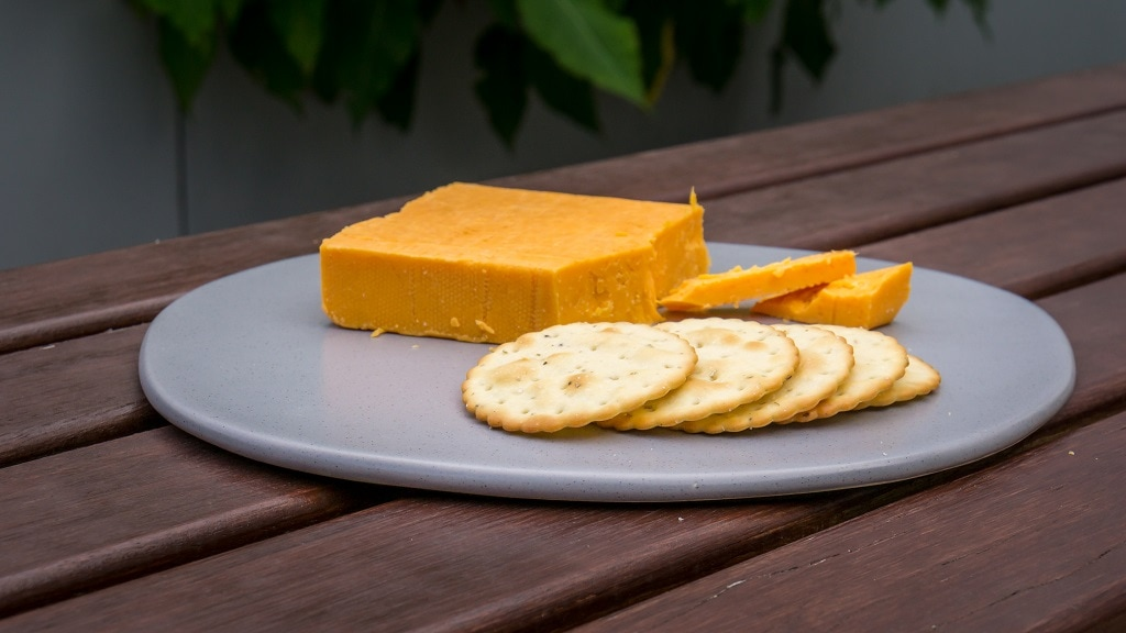 red leceister cheese with crackers