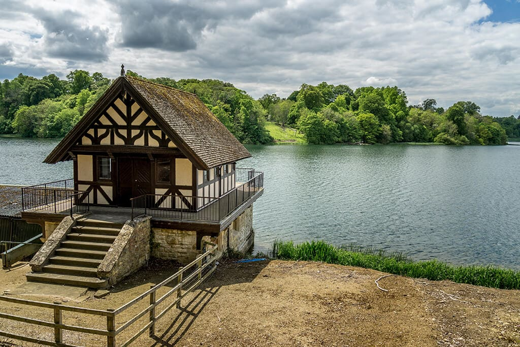 boat house looking over the great lake at blenheim palace