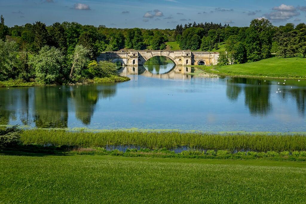 grand bridge at blenheim palace